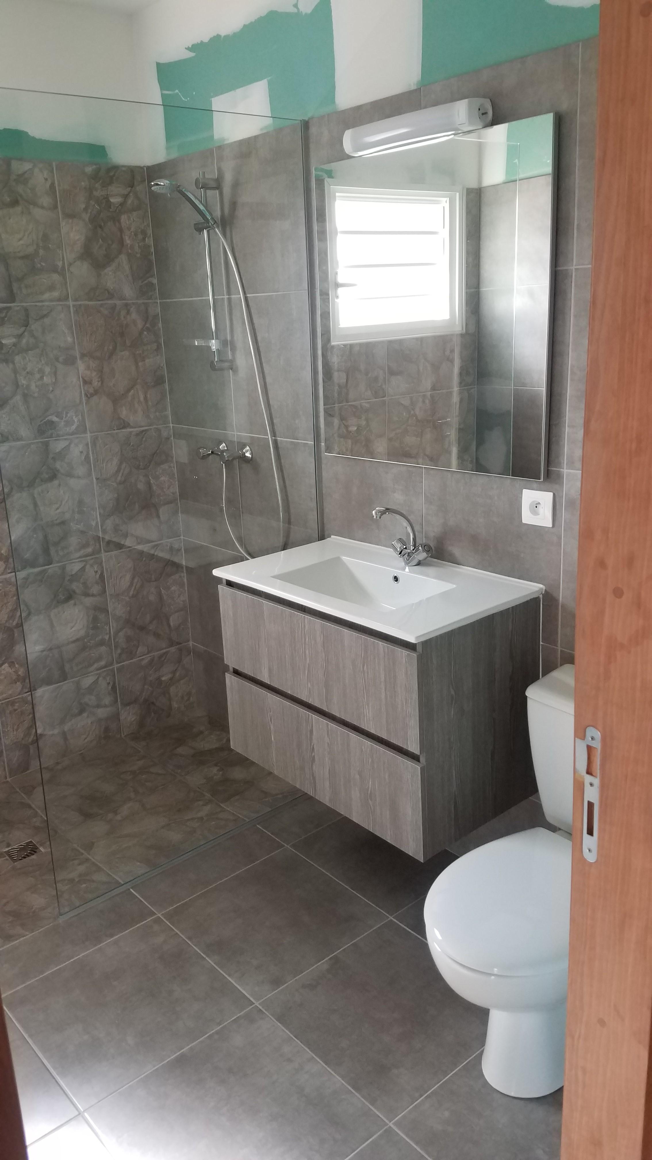 Le meuble vasque provient de chez Courtot Revet Sol ainsi que le carrelage.